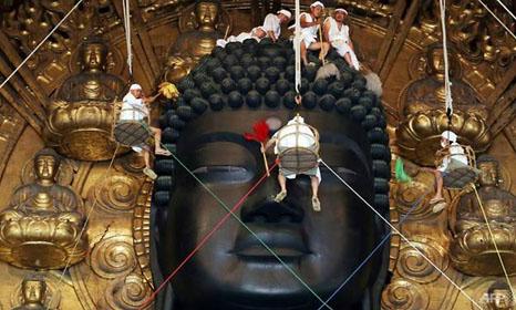 Một trường hợp hy hữu xảy ra tại Nhật Bản, khi nhà sư kiện chính ngôi đền của mình vì bị làm việc quá sức. Ảnh: AFP.