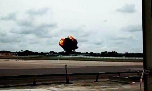 Khoảnh khắc máy bay Cuba nổ tung khi đâm xuống đất