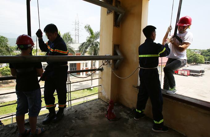 Học viên nhí trải nghiệm đu dây thoát nạn trong đám cháy