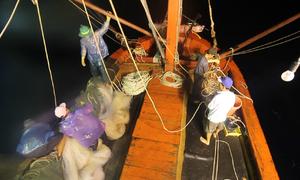 Ngư dân Quảng Nam thắp điện vây bắt mực giữa biển
