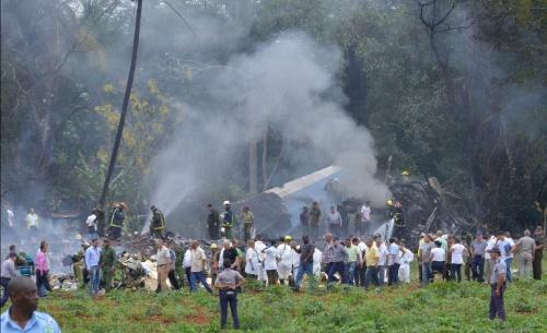 Khói bốc lên từ xác máy bay Cuba. Ảnh: