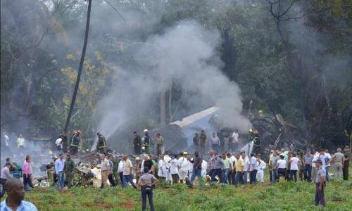 Người dân bỏ chạy khi máy bay Cuba lao xuống, phát nổ