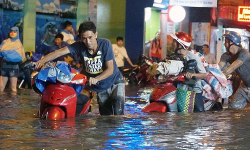 Sài Gòn ngập nặng 30 tuyến đường trong cơn mưa cuối tuần