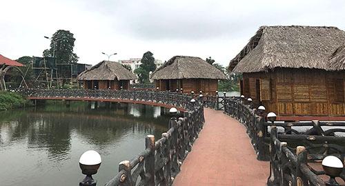 Nhiều khu nhà chòi được xây dựng mới nhằm mục đích kinh doanh ẩm thực song đều chưa được cấp phép. Ảnh: Lam Sơn.