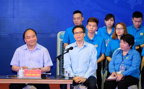 Phó thủ tướng Vũ Đức Đam giải đáp câu hỏi của công nhân. Ảnh: Quang Hiếu.