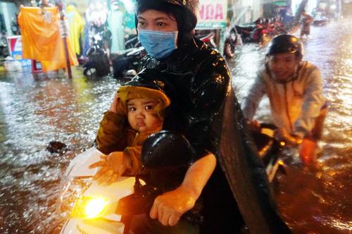 Hàng loạt tuyến đường ở TP HCM bị biến thành sông sau trận mưa nhất từ đầu mùa tối qua. Ảnh: Quỳnh Trần