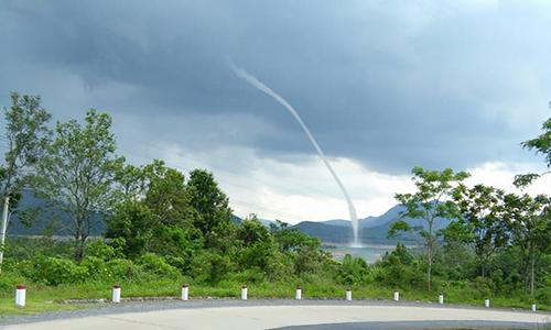 Vòi rồng cuộn thành cột nước cả trăm mét ở Quảng Trị