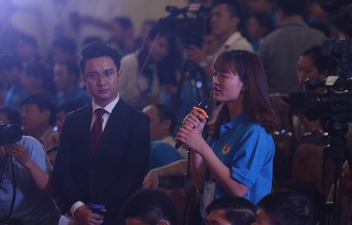 Công nhân nêu câu hỏi tại buổi đối thoại với Thủ tướng. Ảnh: Gia Chính.