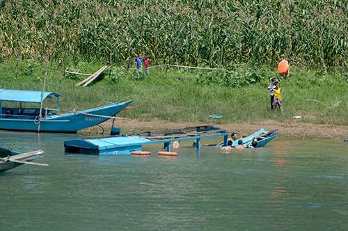 Tàu chở khách bị chìm được nhà chức trách trục vớt. Ảnh:Quảng Hà