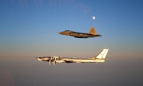 F-22 Mỹ áp sát Tu-95 Nga ở khoảng cách 100 m gần Alaska