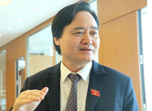 Bộ trưởng Phùng Xuân Nhạ bên hành lang Quốc hội. Ảnh: VH