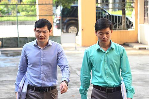Bác sĩ Lương và bác sĩ Tình đến toà. Ảnh: Phạm Dự.