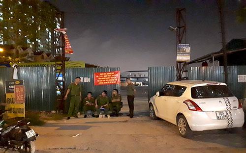Hàng chục cảnh sát chốt từ sáng tới đêm tại các bãi trông giữ xe cạnh khu đô thị Kim Văn, Kim Lũ và HH Linh Đàm. Ảnh: Phương Sơn