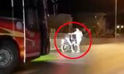 Thanh niên đánh võng chặn đầu ôtô khách bị phụ xe đánh tới tấp
