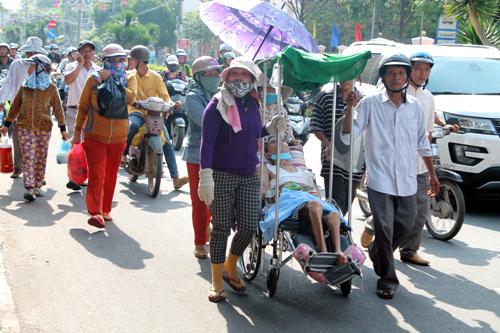 Đoàn người đi trên đường Hùng Vương kéo về trụ sở công an tỉnh Quảng Ngãi. Ảnh:Phạm Linh.