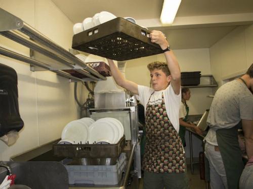 Trường không thuê nhân viên dọn dẹp, học sinh phải tự làm nhiều thứ. Ảnh:Courtesy of Marcie Begleiter