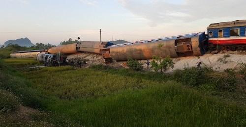 Tàu chở hơn 400 hành khách bị lật ở Thanh Hóa, hai người chết