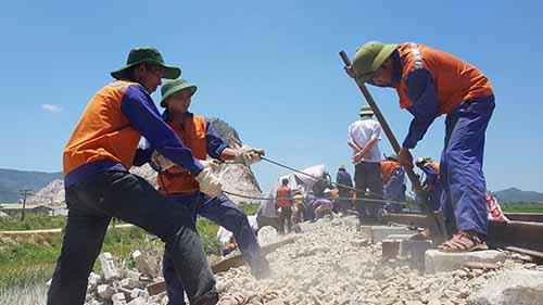 Thời tiết nắng nóng nhưng công tác khắc phục hậu quả, sữa chữa đường ray đang tiến hành khẩn trương. Ảnh: Lê Hoàng.