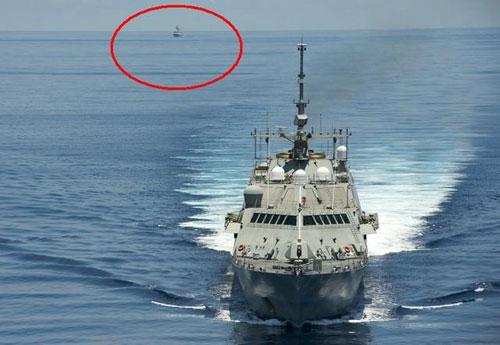 Tàu Trung Quốc (khoanh đỏ) bám theo một tàu chiến Mỹ tuần tra tự do hàng hải ở Biển Đông năm 2016. Ảnh: USNI.