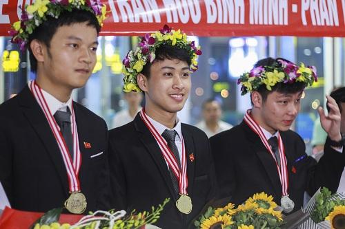 Nguyễn Thế Quỳnh (giữa) giành huy chương vàng Olympic Vật lý hai năm liên tiếp. Ảnh: Dương Tâm