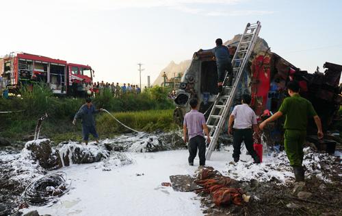 Lực lượng cứu hộ mất hơn 6 giờmới đưa được thi thể hai lái tàu ra ngoài. Ảnh:Lê Hoàng.