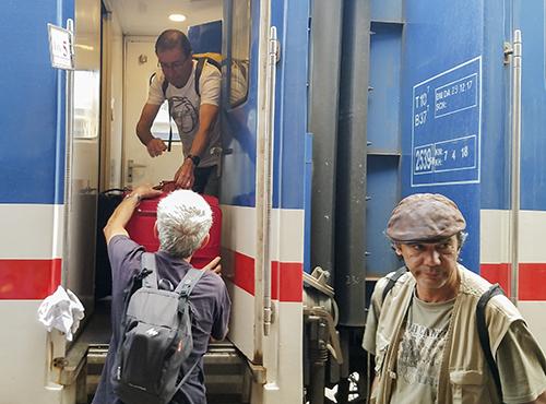 Những vị khách Tây chuyển hành lý khi tàu xuống ga Huế. Ảnh: Võ Thạnh.