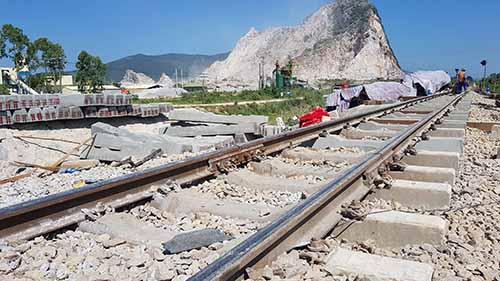 Hơn 300 công nhân làm việc xuyên trưa để sửa xong đường ray Bắc Nam. Ảnh: Lê Hoàng