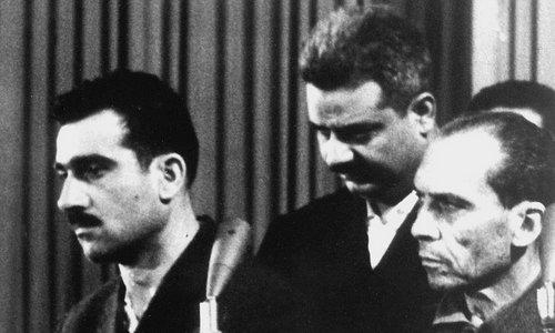 Eli Cohen (trái) trong phiên tòa xét xử tội gián điệp vào năm 1965. Ảnh: AFP.