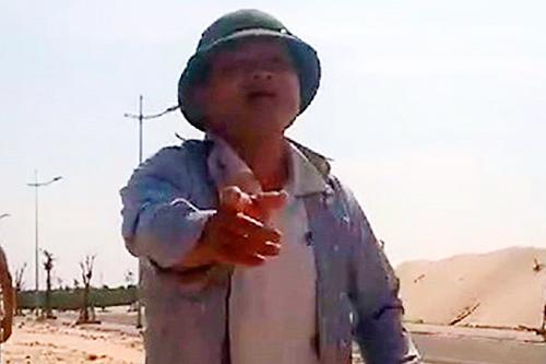 Ông Vương bị đình chỉ công tác để làm rõ hành vi chống người thi hành công vụ. Ảnh cắt từ clip