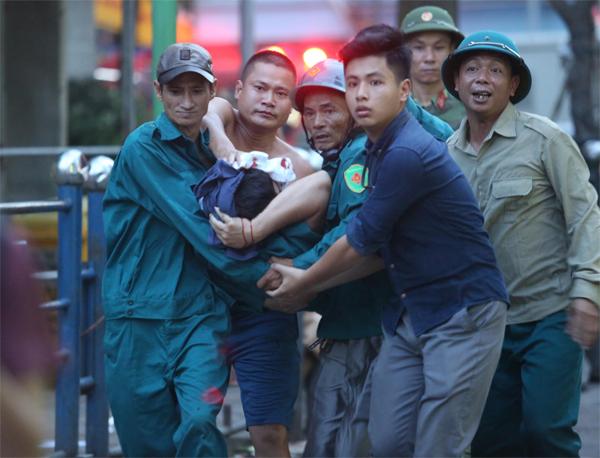Một dân phòng bị mảnh kính rơi vào mặt phải đi cấp cứu.