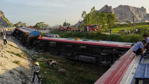 Đoàn tàu bị lật ở xã Trường Lâm (Tĩnh Gia, Thanh Hóa). Ảnh: Lê Hoàng.