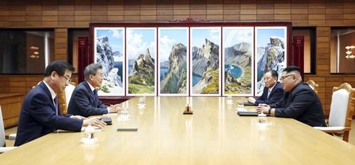 Tổng thống Hàn Quốc và lãnh đạo Triều Tiên trao đổi tại cuộc gặp. Ảnh: Yonhap.