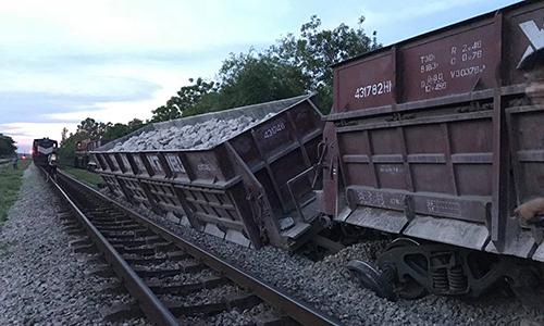 Tàu chở đá trật bánh lúc vào ga ở Nghệ An