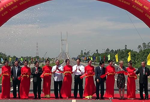 Khánh thành cầu Cao Lãnh bắc qua sông Tiền sau hơn 4 năm thi công. Ảnh: An Phú