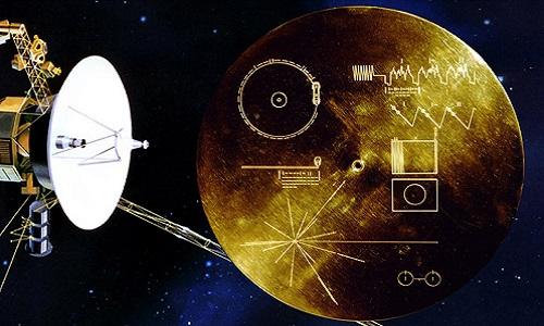 Đĩa ghi vàng được đưa vào vũ trụ trên lưng tàu thăm dò Voyager 1 và 2. Ảnh: NASA.