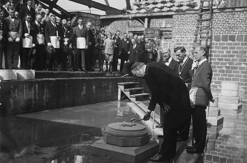 Tổng thống Mỹ đầu tiên -Geogre Washington dùngchiếc búa tương tự như chiếc búa thẩm phán tại nghi lễ đặt móng xây dựng tòa nhà quốc hội Hoa Kỳ.