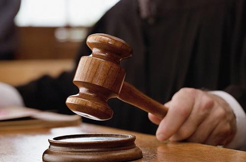 Chiếc búa quyền lực được dùng để lập lại trật tự trong một phiên tòa.