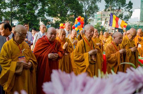 Nghi thức cúng dường đại lễ Phật đản Phật lịch 2562. Ảnh: Thành Nguyễn.