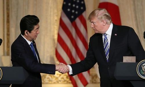 Tổng thống Mỹ Donald Trump (phải) và Thủ tướng Nhật Shinzo Abe bắt tay trong cuộc họp báo tại khu nghỉ dưỡng Mar-a-Lago của Trump hôm 18/4. Ảnh: AP.