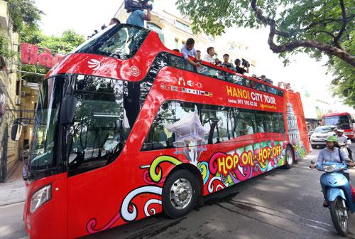Chuyến xe đầu tiên của buýt 2 tầng chạy quanh Hồ Hoàn Kiếm (Hà Nội). Ảnh: Bá Đô