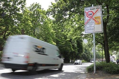 Biển cấm đối với phương tiện dùng động cơ diesel được đặt tại hai trục đường chính của Hamburg. Ảnh: NewYorktimes.