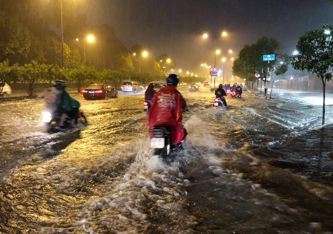 Đường Sài Gòn ngập lút bánh xe trong đêm dù có siêu máy bơm