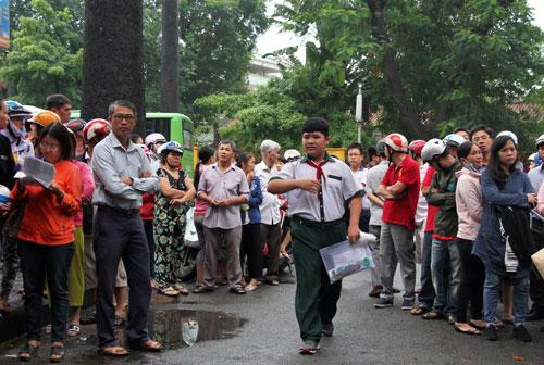 Phụ huynh đưa con đi thi tại THCS Trương Công Định (quận Bình Thạnh). Ảnh: Mạnh Tùng.