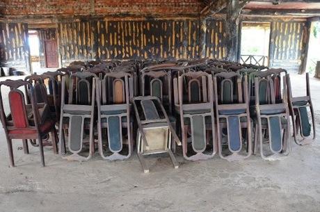 Bàn ghế xếp đống phủ bụi vì vắng khách. Ảnh: Phạm Linh.