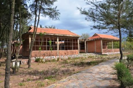 Công trình xây dựng dở dang trong khu Thiên đàng bốn mùa. Ảnh: Phạm Linh.