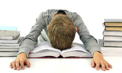 Học sinh căng thẳng với bài tập về nhà. Ảnh: Today Parenting Team