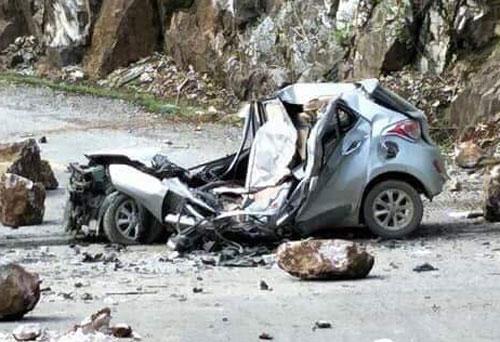 Chiếc xe bị đá rơi từ trên cao đè bẹp dúm. Ảnh: Hội Lái xe Điện Biên
