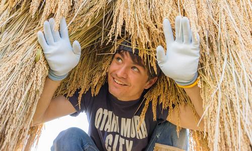 Daniel Hunter, một thanh niên Australia 21 tuổi, đang học nghề ở làng Otari. Ảnh: Guardian.