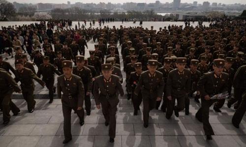 Binh sĩ Triều Tiên thể hiện sự tôn trọng trước tượng cố lãnh đạo Kim Nhật Thành và Kim Jong-il ở đồi Mansu, Bình Nhưỡng ngày 15/4/2018. Ảnh: AFP.