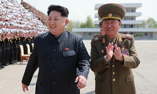 Lãnh đạo Triều Tiên Kim Jong-un (trái) và tướng Pak Yong-sik thăm một đơn vị quân đội hồi năm 2015. Ảnh: KCNA.